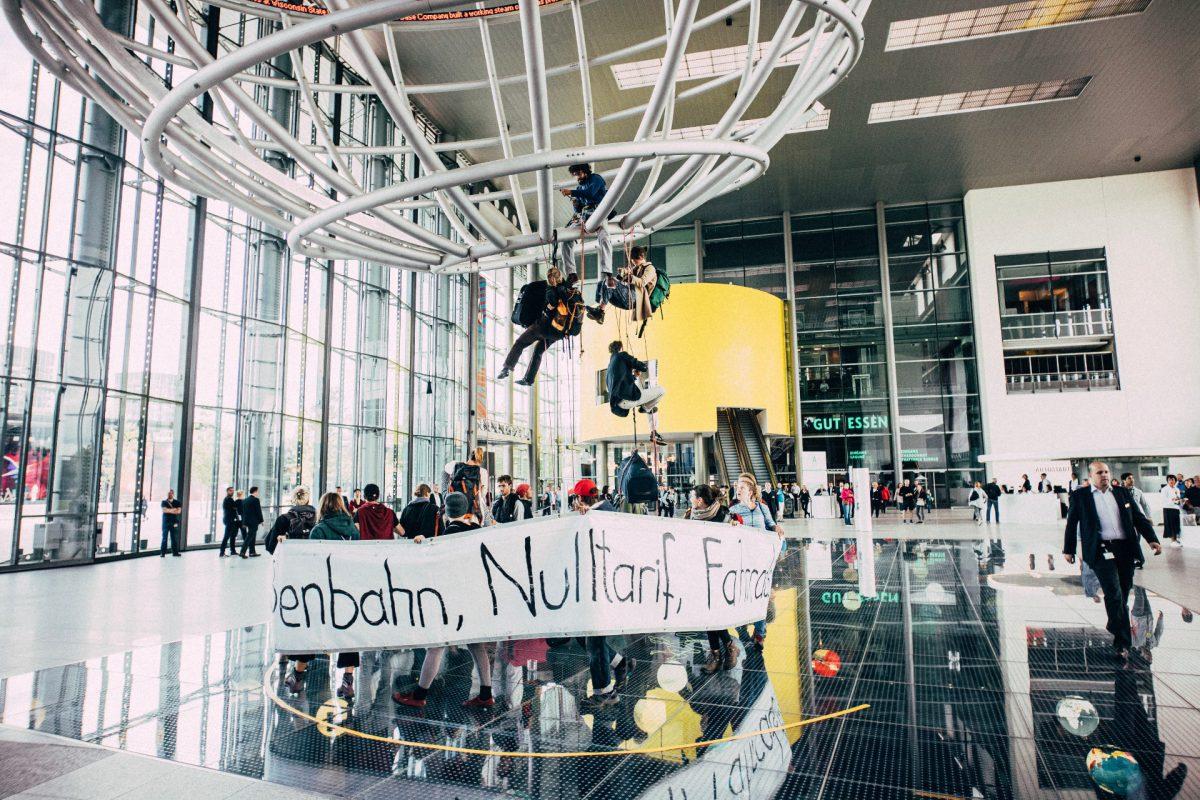Weitere Verkehrswende-Aktion in Wolfsburg: Globus im VW-Autoland besetzt