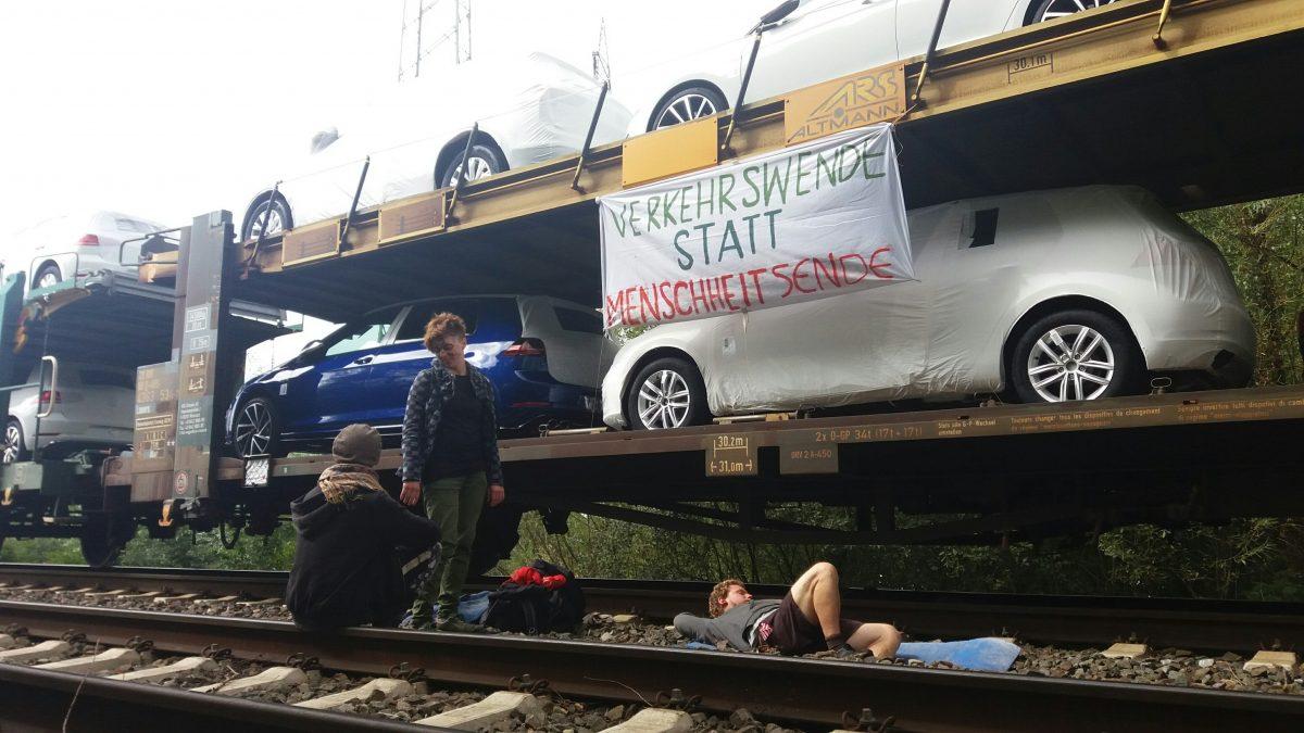 Blockade der zentralen Volkswagen-Fabrik durch Klimagerechtigkeitsbewegung